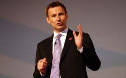 Jeremy Hunt asigură tinerii medici că nu suferi reduceri salariale
