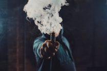 Primul deces cauzat de o boală pulmonară severă ce afectează persoanele care utilizează țigara electronică